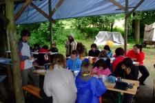 v jídelně za deště - jediný deštivý den letos na táboře